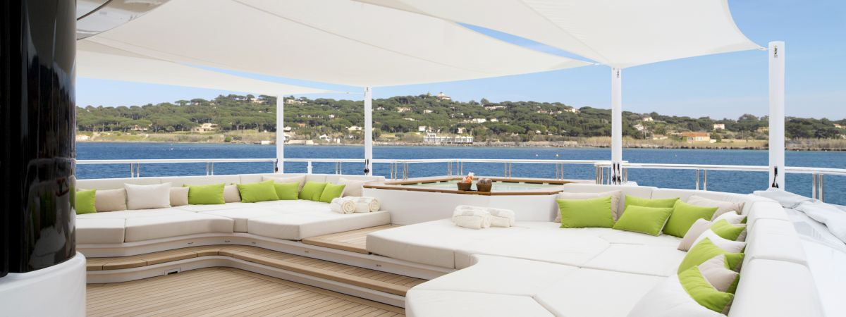 Sitting area with shading system on a yacht